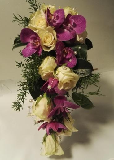 Morsiuskimppu orkideoista ja ruusuista