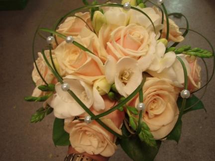 Morsiuskimppu ruusuista ja freesioista
