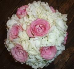 Morsiuskimppu hortensioista ja ruusuista