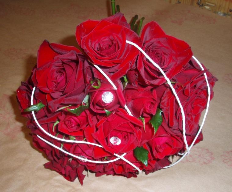 Morsiuskimppu ruusuista